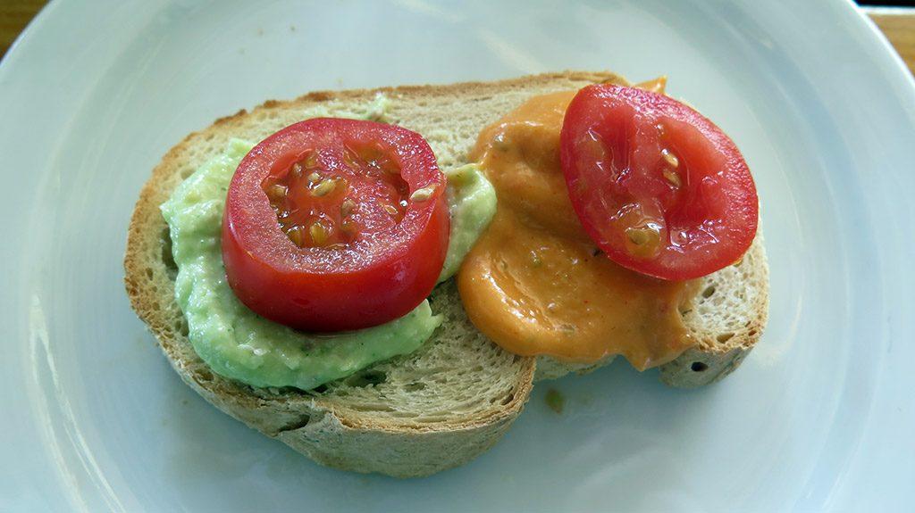 Pan con mojos y tomate