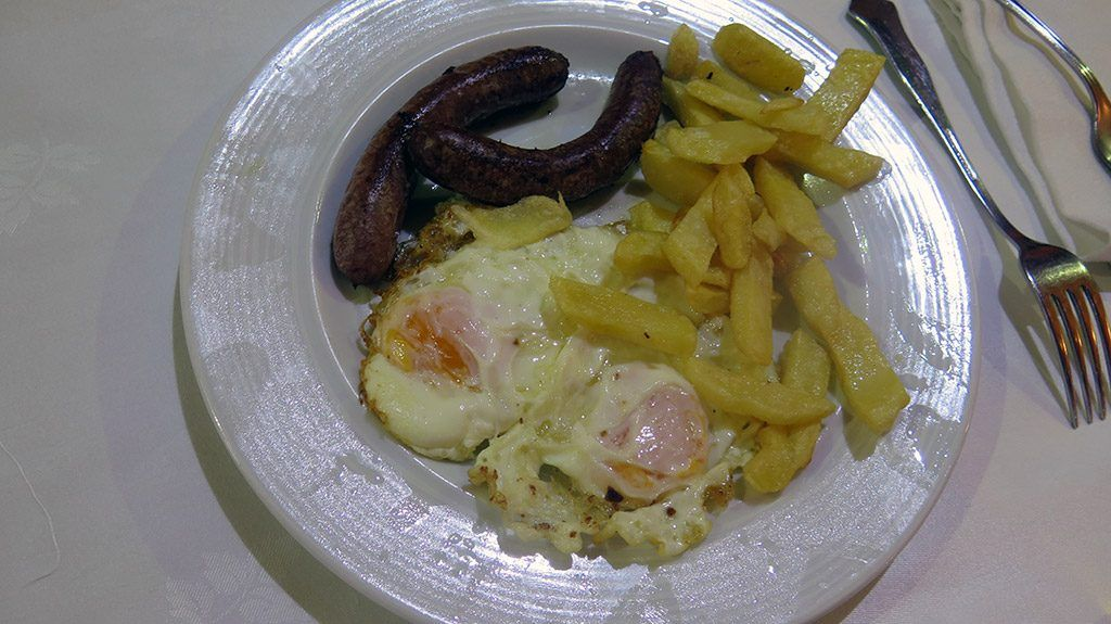 Huevos con Salchichas - Menú del Día - Resturante Español Selaya